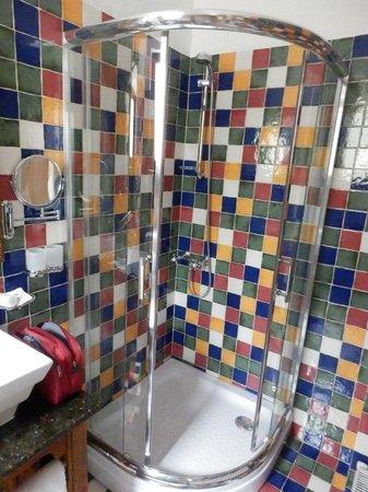 Casa Rozelor - boutique hotel: Das bunte Badezimmer