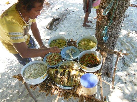 Nirvana Bungalows: Mee met Tan op de boot naar de 17 eilanden. Heerlijke lunch op het strand verzorgd door Tan.