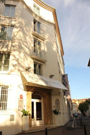 Hotel Cezanne: ホテルの外観