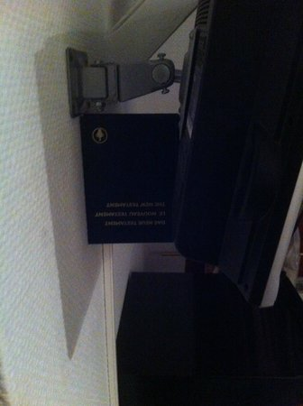 SKADA-City Cölln Hotel: Eine Bibel muss als Befestigung für den Fernseher dienen.