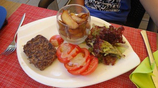 Comptoir JOA : Menu enfant: steak haché frites et salade de tomates. Plus un dessert.