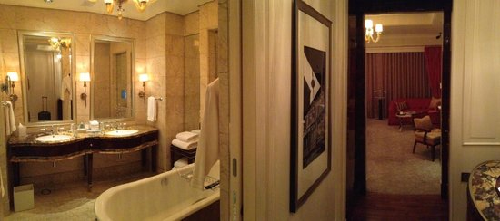 The St. Regis Singapore : View from entrance to bathroom