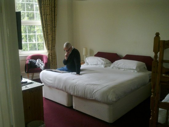 Alhambra Court Hotel: Good spacious room