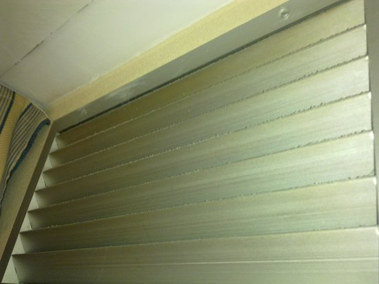 Hotel Pedralbes: dust on the air condition oppening