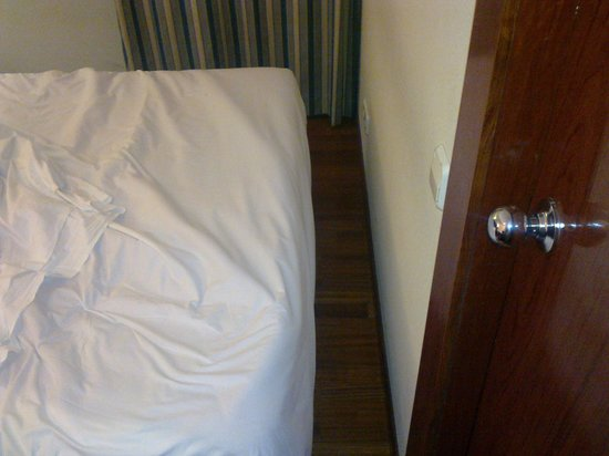 Hotel Pedralbes: space available to pass between bed and wall