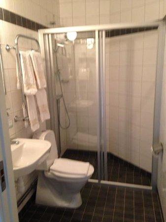 Queen's Hotel: bagno con porta asciugamani che funziona anche come scalda asciugamani