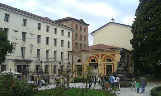 Entrata Principale Della Fabbrica Alta Vista Dal Giardino
