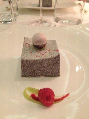 Le Mas Candille : Le fameux dessert avant qu'il ne soit attaqué! Aussi bon que BEAU!