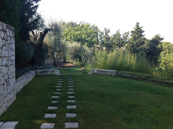 Le Mas Candille: Vue de l'un des nombreux jardins...