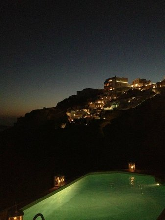 Nostos Apartments: Night view of the pool