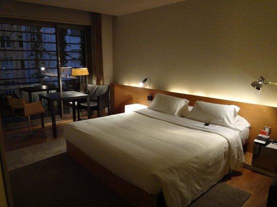 Hotel Omm: キングサイズのベッド