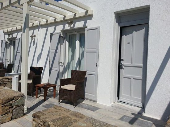Alkyon Hotel: Outdoor patio for rooms with sea view