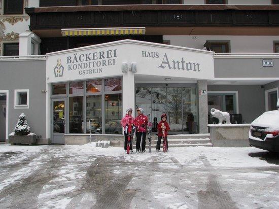 Haus Anton: Вход в отель и кондитерскую.