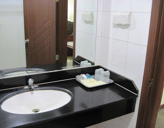 Renqiu, China: Bathroom sink