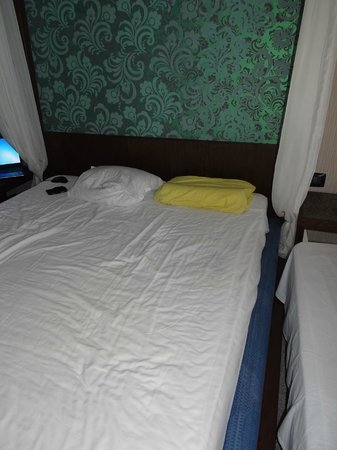 Regina Maria Spa Design Hotel: Mattress and pillows terrible, glad I brought my anatomic. One the side - camp bed we asked for