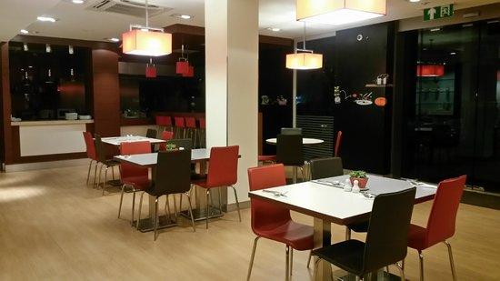 Ibis Vientiane Nam Phu Hotel: โต๊ะรับประานอาหาร
