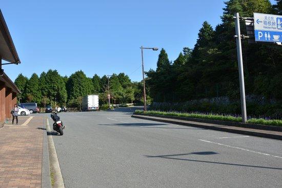 Hakone Pass Tourist Information (Michi-no-Eki): 駐車場方向