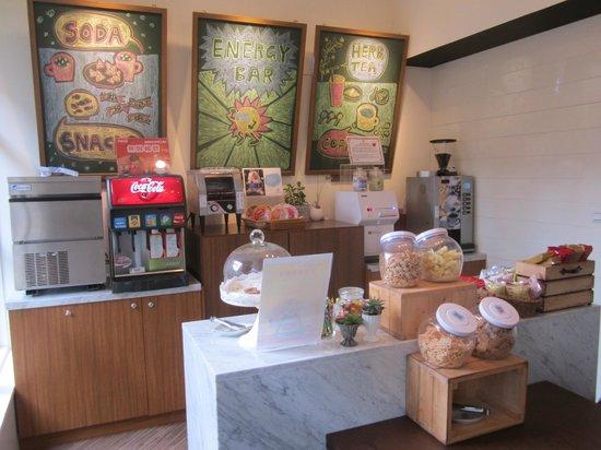 Via Hotel: Nice snack / espresso area