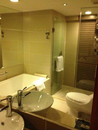 Grand Noble Hotel: 浴缸