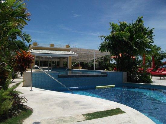 Ocean Two Resort & Residences: swim up bar
