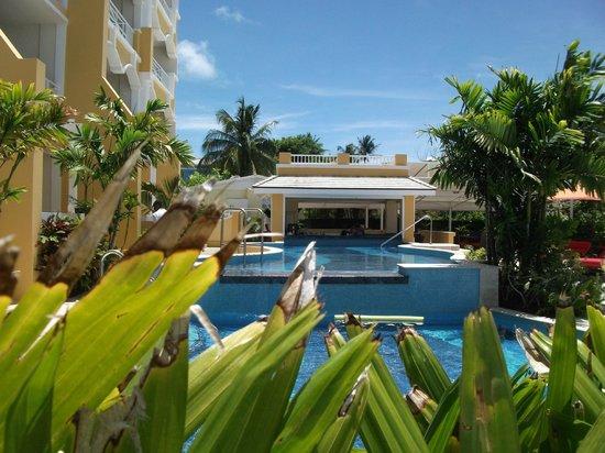 Ocean Two Resort & Residences: swim up bar and pool
