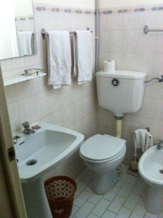 Suico Atlantico Hotel: Salle de bain minuscule