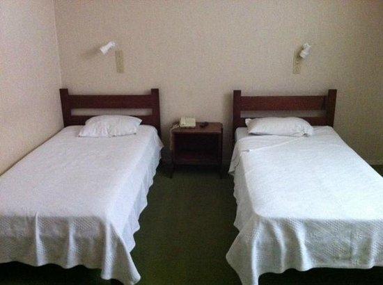 Suico Atlantico Hotel: Lits grinçants et draps troués