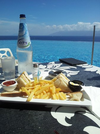 Michelangelo Resort and Spa: snacking by the pool