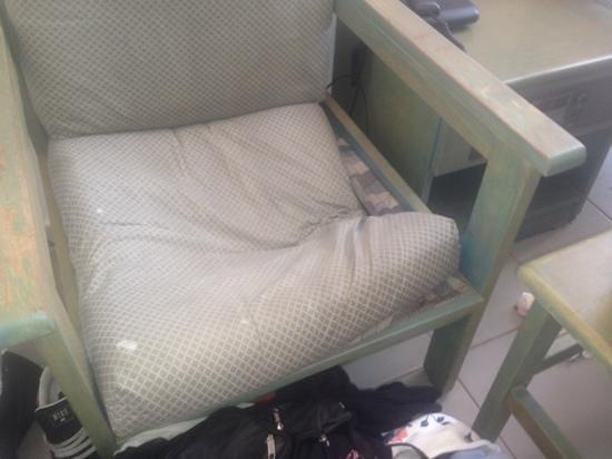 Lantiana Napa Aparthotel: broken chairs