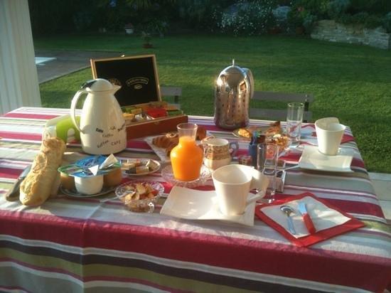 L'Oliveraie - Chambres d'Hôtes : le petit déjeuner en terrasse