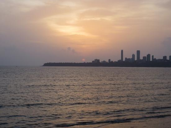 มารีนไดรฟ์: Sunset seen from Marine Drive