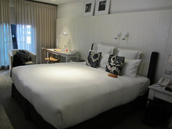 Pier One Sydney Harbour, Autograph Collection: Very comfortable bed.