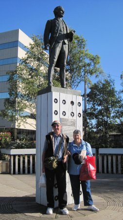 Copper Whale Inn: Us with Cpt Cooks Statue