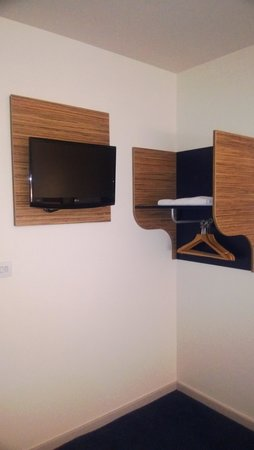 Travelodge Edinburgh Central Princes Street: TV and Clothes Hanger