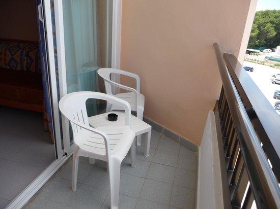 Caribe Ibiza Hotel: Basic balcony furniture