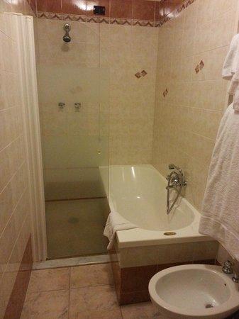 Hotel Forum: Doccia e vasca da bagno