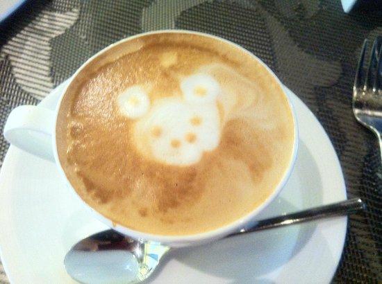 L Hotel Seminyak: 朝食のカフェラテ