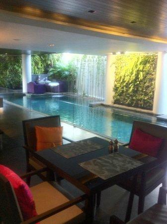 L Hotel Seminyak: ホテル内ビーチサイドで朝食またはランチ
