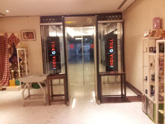Hilton Garden Inn New Delhi / Saket: entrance to the mall from the hotel