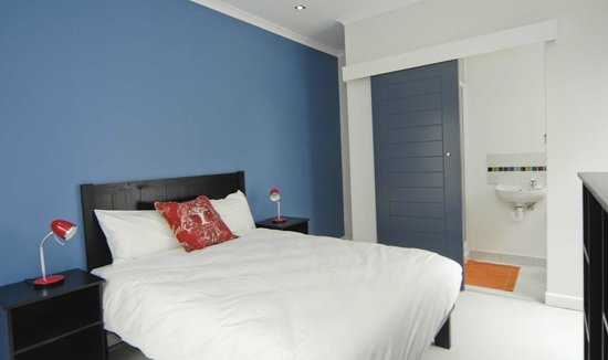 Off The Wall Backpackers: Deluxe Double with en suite bathroom