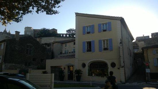 Hôtel Sévigné : La façade sous le Chateau