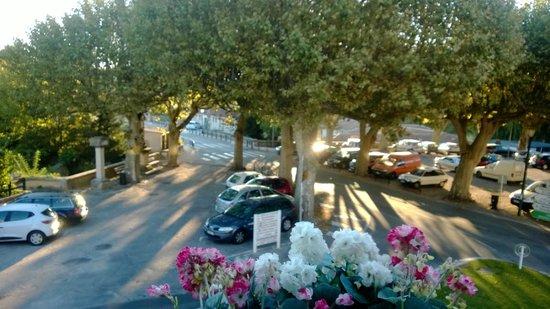 Hôtel Sévigné : Vue de la chambre, les platanes au soleil levant