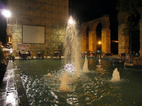 Wallabies Aquaduct Restaurant : Вечером у фонтана ресторан накрывает столики