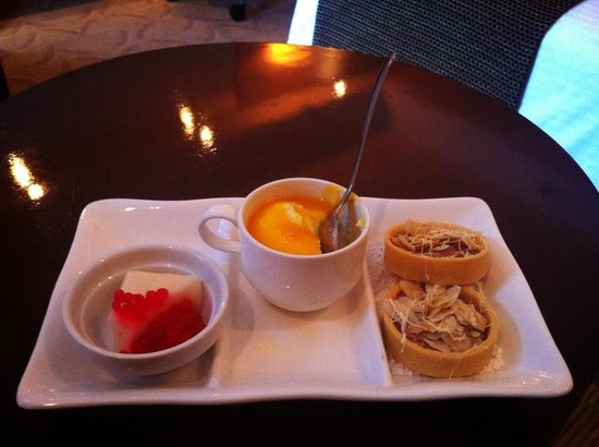 Crowne Plaza Manila Galleria : complementary food upon entering the room