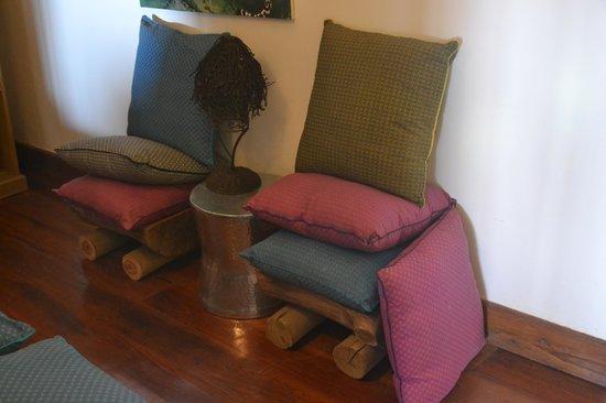 Escarpment Luxury Lodge: Seats made of logs