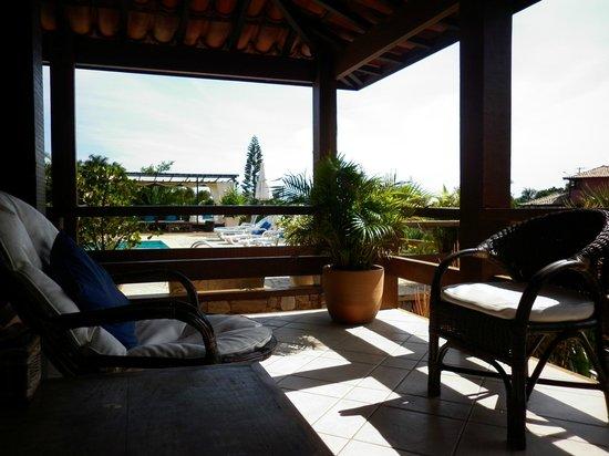 Hotel Pousada Aguazul: Área de descanso con vista a la pile, a la calle y al mar