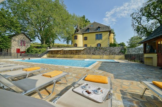 Piscine picture of hotel du chateau de salles vezac for Piscine 3 chateaux