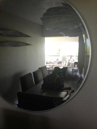 Postcard Inn Beach Resort & Marina: Dining room view through mirror
