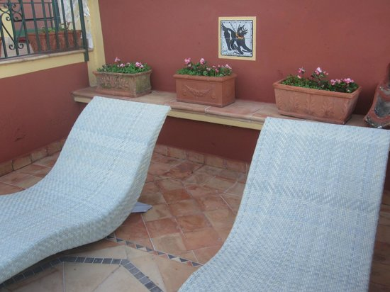 Hotel Palumbo Palazzo Confalone: Lounge and patio area