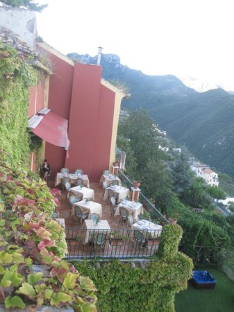 Hotel Palumbo Palazzo Confalone : View of dining terrace from our suite's terrace